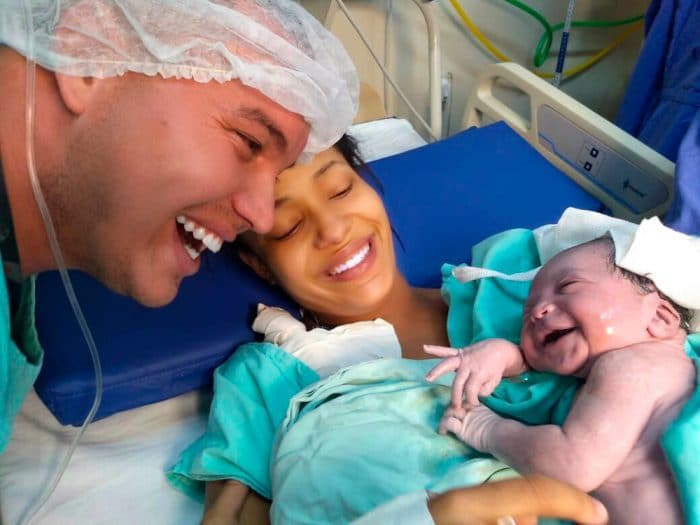 Recién nacido sonríe padres