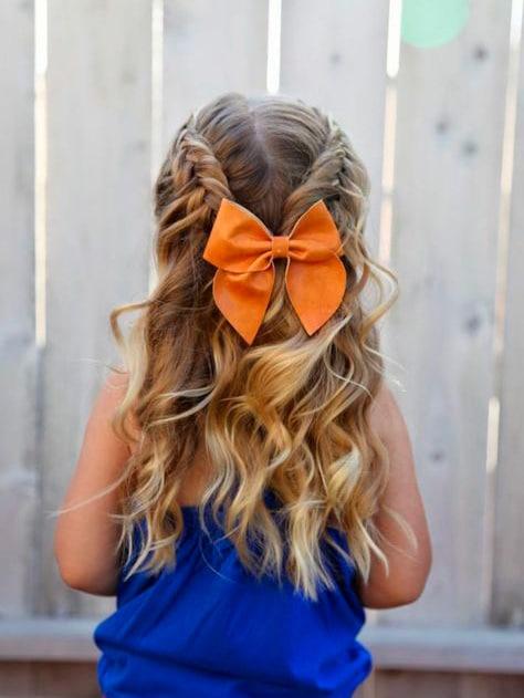Peinado para niña Cabello suelto con trenzas a ambos costados