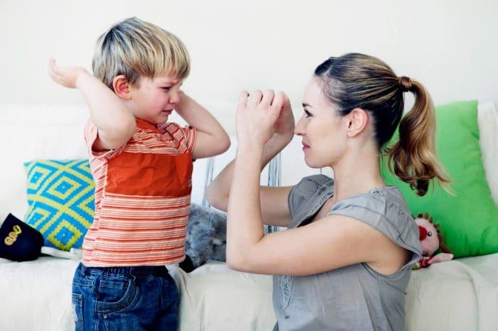 niños portan mal madre
