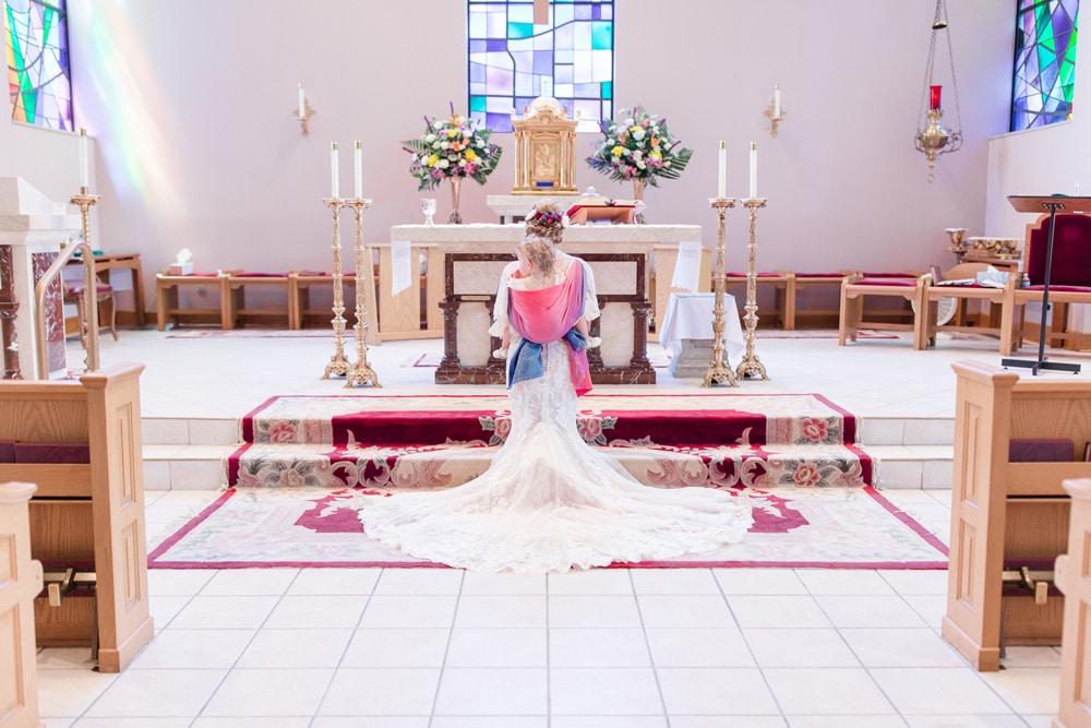Preciosas fotos de una madre en su boda porteando a su hija