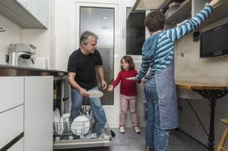 niños ayudar tareas domésticas