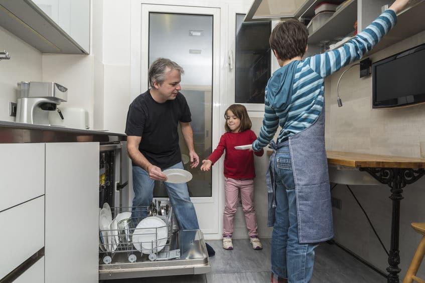 Tu hijo debe ayudar en las tareas domésticas antes de los 8 años