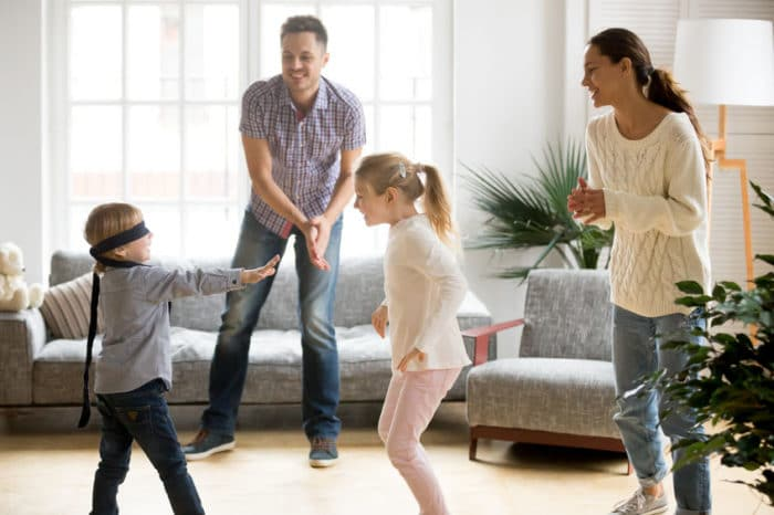 Padres e hijos jugando