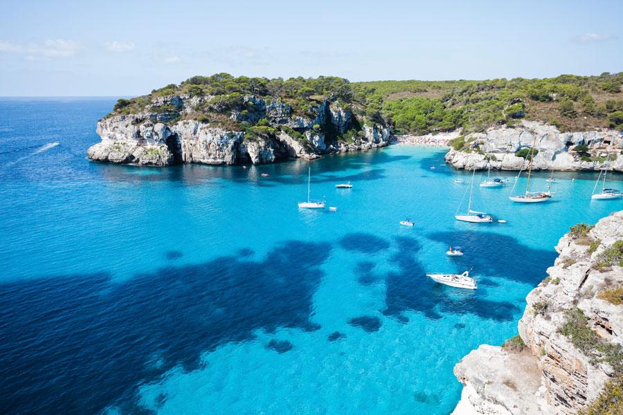 Viaje familiar a Menorca con tu coche en barco