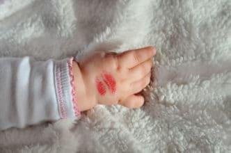 Besos bebés contagian virus