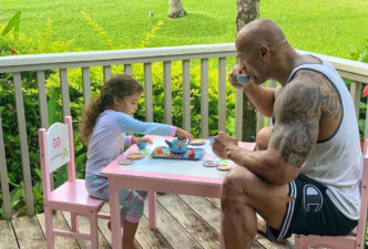 Padre The Rock y su hija