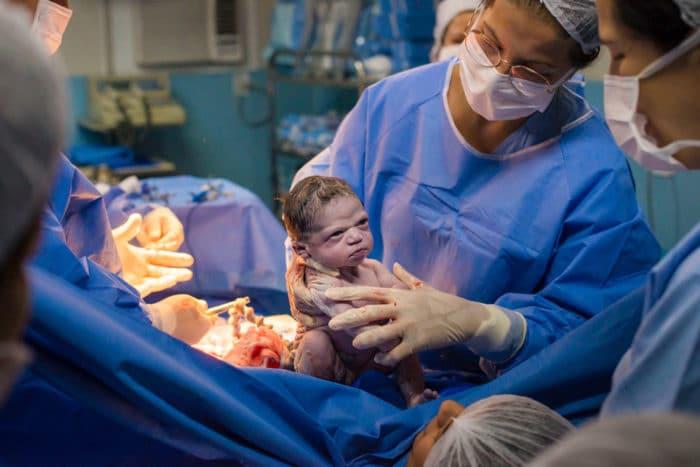 Isabela bebé enfadada foto