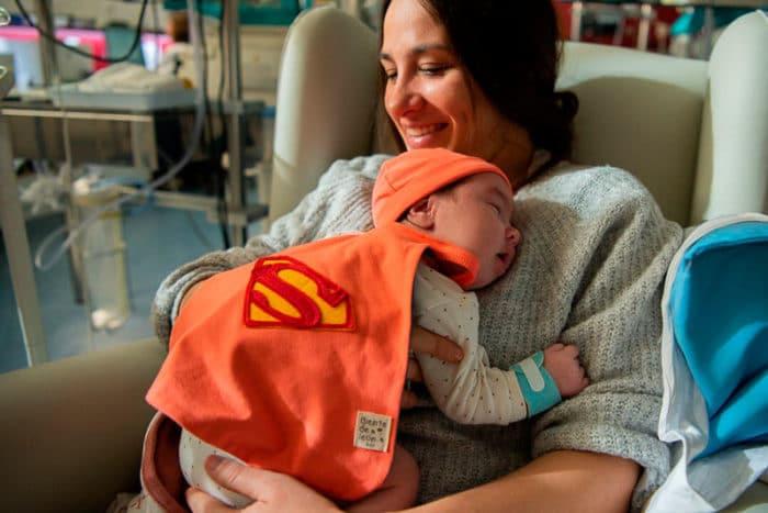 bebé prematuro disfrazado superhéroe