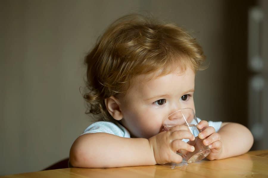 ¿Qué bebidas deben tomar los niños menores de cinco años, y cuáles no?