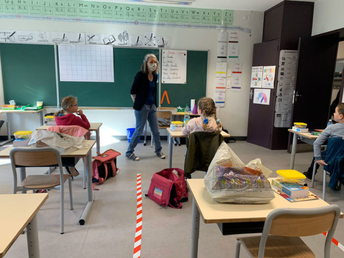 COVID-19 reapertura escuelas Francia distancia social clase