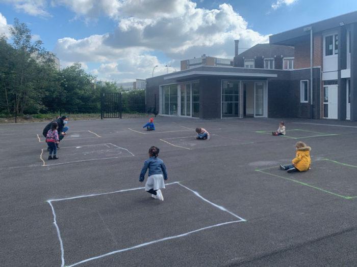 COVID-19 reapertura escuelas Francia juego patio distancia social