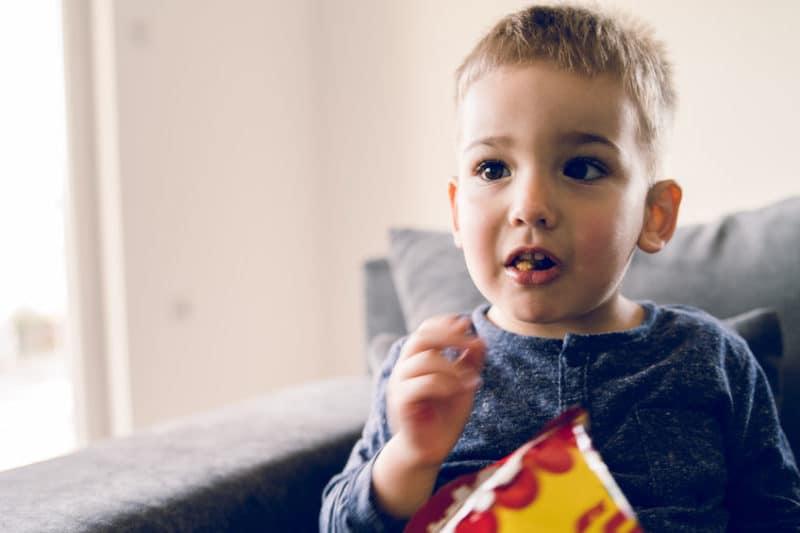 Niño comiendo cacahuete