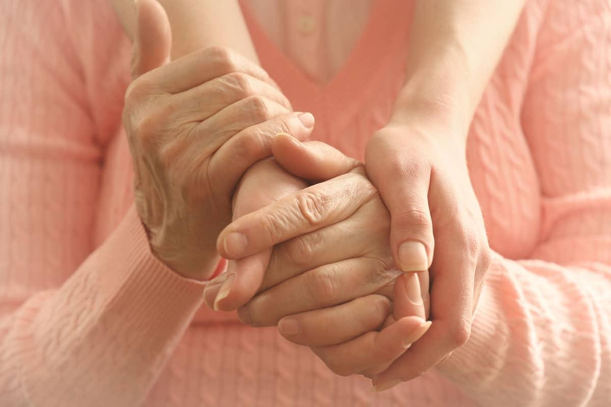 Hijos cuidan padres ancianos