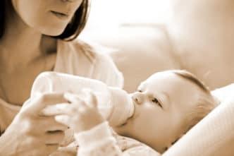 Madre que no puede amamantar a su bebé