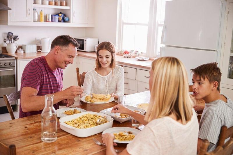 Reunirse para cenar o comer en familia