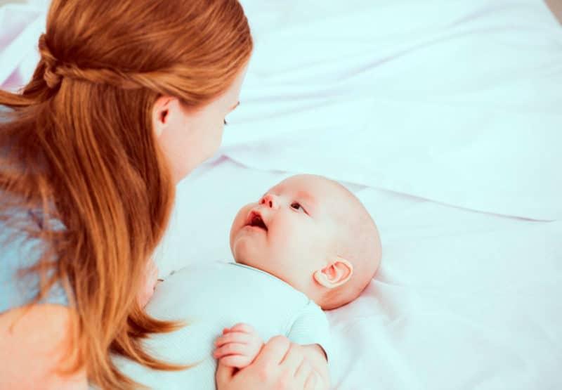 bebé lee madre