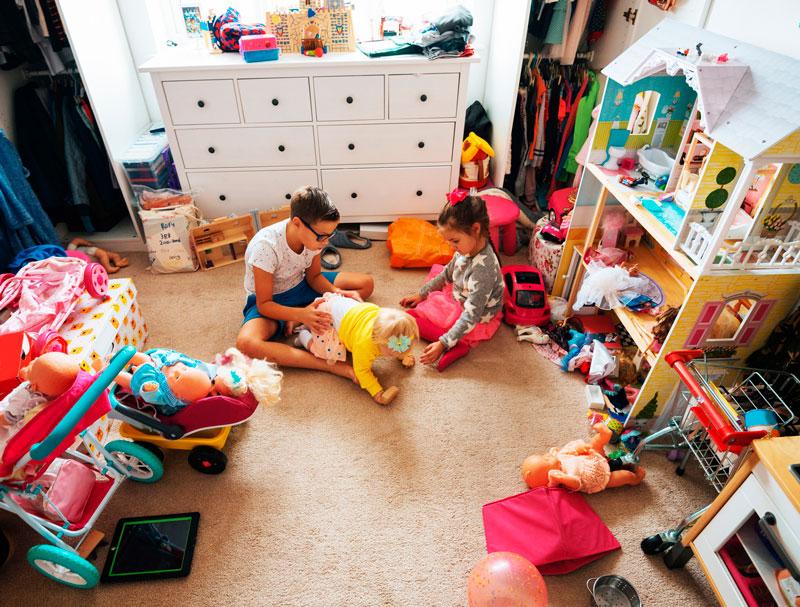 niño jugando muñecas