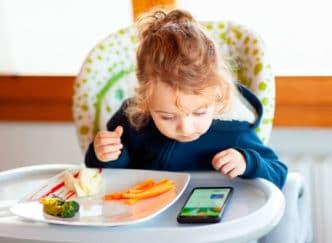 quitar niños mal hábito comer smartphone tablet
