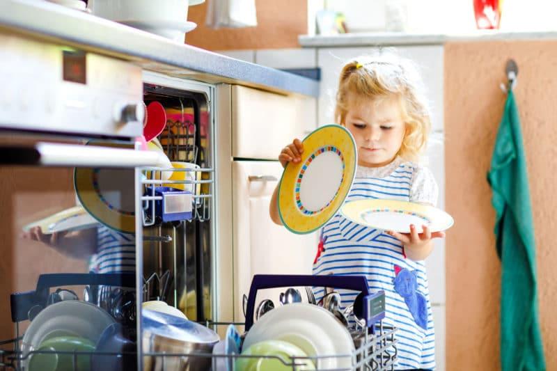 Niños pequeños quieren hacer todo solos