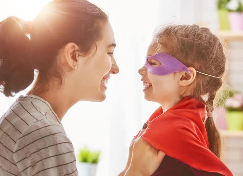 Padres que juegan con sus hijos