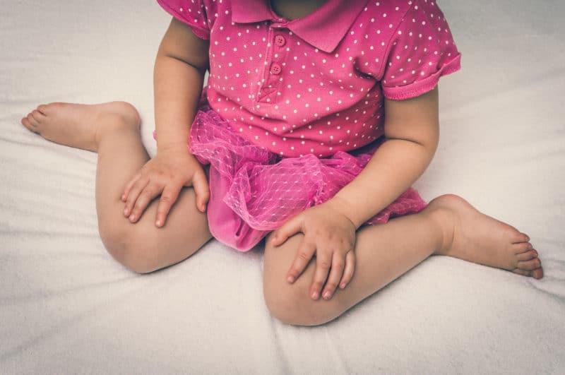 Mi hijo se sienta con las piernas en forma de W, ¿debo corregirle?