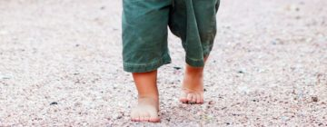 niños descalzos inteligentes